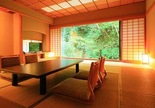 開放感あふれる客室と浴場。全客室に檜風呂の浴場を完備
