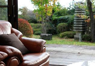 箱根の湯を引いた古代檜の大風呂や客室専用内風呂を完備