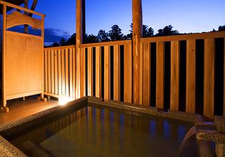 養老渓谷を望む温泉露天風呂付き客室や大浴場を備える